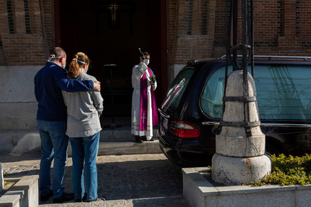 Tres hermanos pueden despedirse de su madre; los otros tres, no: el drama de los funerales en confinamiento