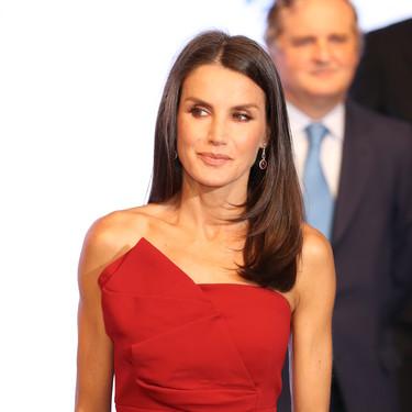 Doña Letizia impacta con un vestido rojo en los Premios Mariano de Cavia