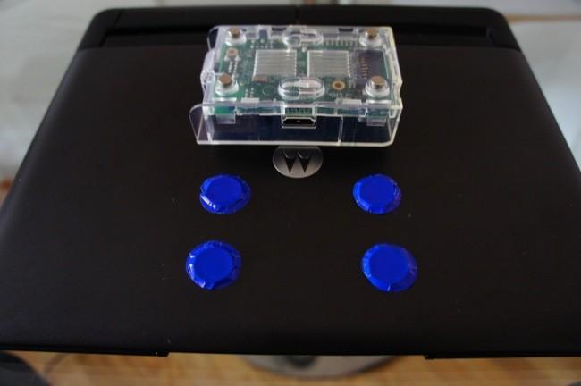 Probando si la Raspberry Pi se sujeta con los cuatro imanes de neodimio y cuatro monedas de 1 céntimo