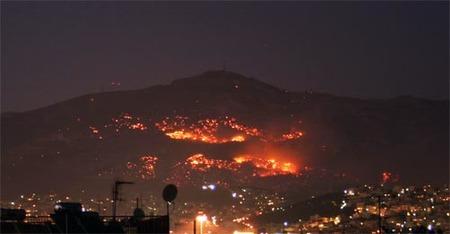 Monte Pendeli bajo las llamas