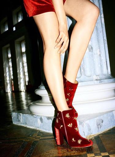 Clonados y pillados: ¿Amor u odio? Zara lo tiene claro y clona los botines de terciopelo de Aquazzura