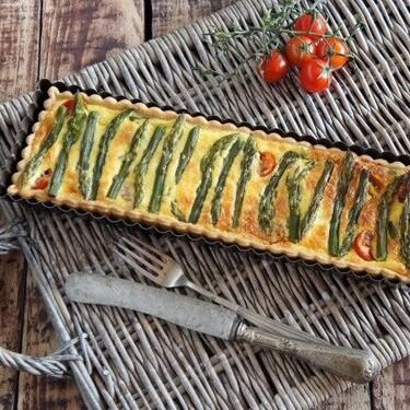 Tarta de espárragos verdes y queso gruyère, perfeca para la cena o compartir de picnic