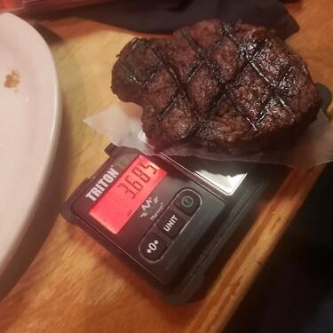 Joven desmiente a restaurante que ofrecía cortes de carne más grandes de lo que realmente eran