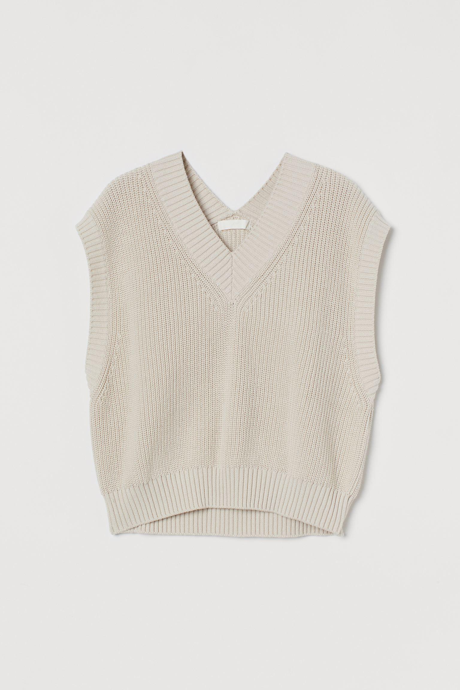 Suéter sin mangas en tejido de algodón suave. Modelo con escote en V, costuras ligeramente desplazadas en los hombros y remate de canalé en cuello, sisas y bajo.