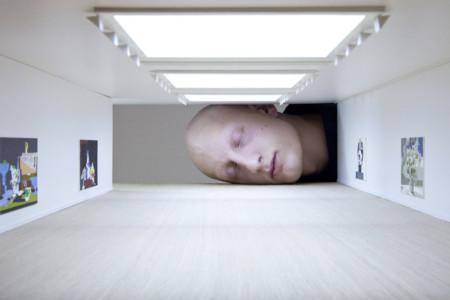 ¿Por qué hay enormes cabezas dentro de famosas galerías de arte?