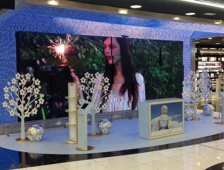 Brahma decoración realiza el lanzamiento en los aeropuertos del nuevo perfume de Marc Jacobs