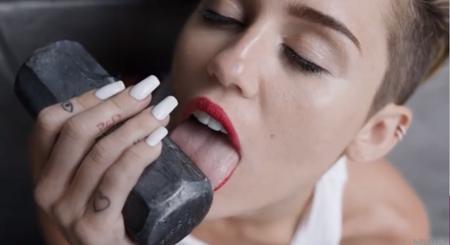 Para cuando Miley dejé de comportarse como algo erótico... tú igual ya no tienes ni pelo