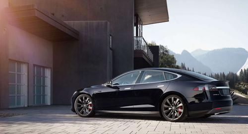 Un Tesla Model S sin ocupante chocó contra un camión aparcado: la culpa es del dueño, pero Summon no es infalible