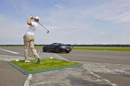 """Un Mercedes SLS AMG Roadster """"caza"""" una pelota de golf a 193 km/h"""