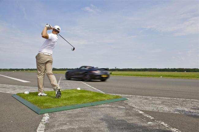 Mercedes SLS AMG Roadster y pelota de golf