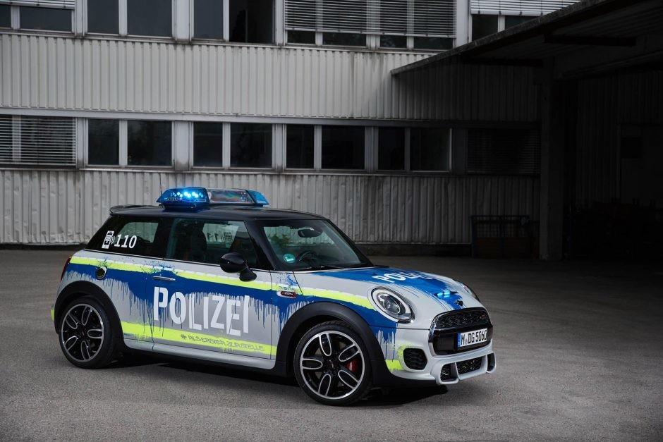 Mini JCW vestido como auto de policía
