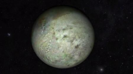 Tritón, la luna de Neptuno, tiene mapa a color gracias a la restauración de imágenes de hace 25 años