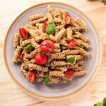 Fusilli con tomates asados y albahaca. Receta fácil y rápida de la cocina italiana