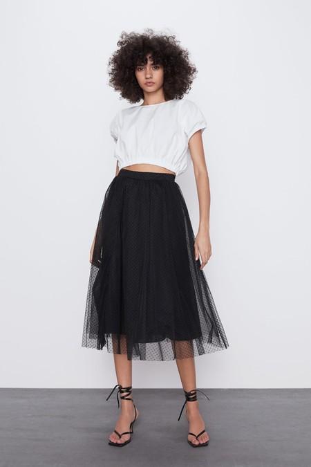 Falda de tiro alto con cintura elástica. Forro interior.