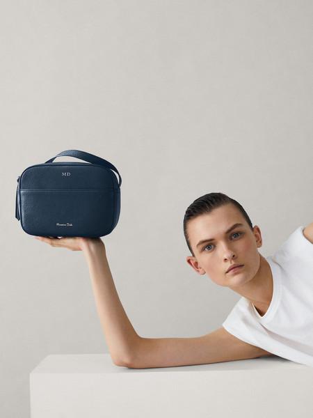 Massimo Dutti nos invita esta temporada primavera-verano a personalizar un nuevo bolso de piel con nuestras iniciales