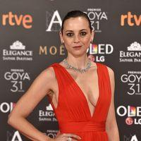 Leonor Watling se impone en los Goya con un vestido rojo y un escote de escándalo