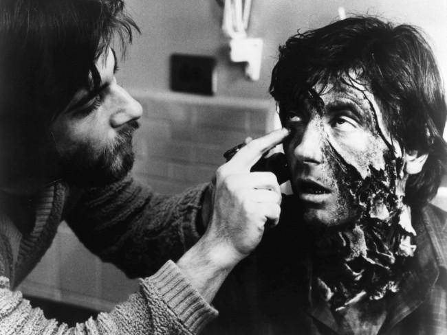 Rick Baker maquillando a Griffin Dunne en Un Hombre Lobo Americano en Londres
