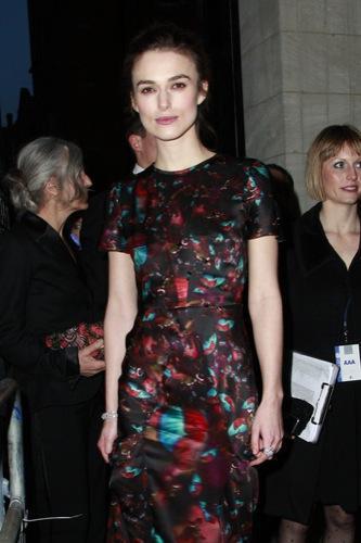 Vestido de noche o blazer. Los looks de Keira Knightley y Mena Suvari para una fiesta I