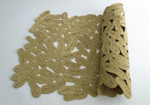 Trepitjada, alfombra de esparto por Martín Azúa