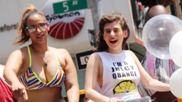 Las protagonistas de 'Orange is the new black' en el desfile del orgullo gay, la imagen de la semana