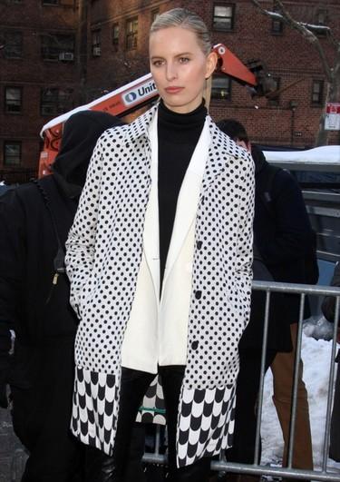 Consigue el look en blanco y negro de Karolina Kurkova en la Semana de la Moda de Nueva York