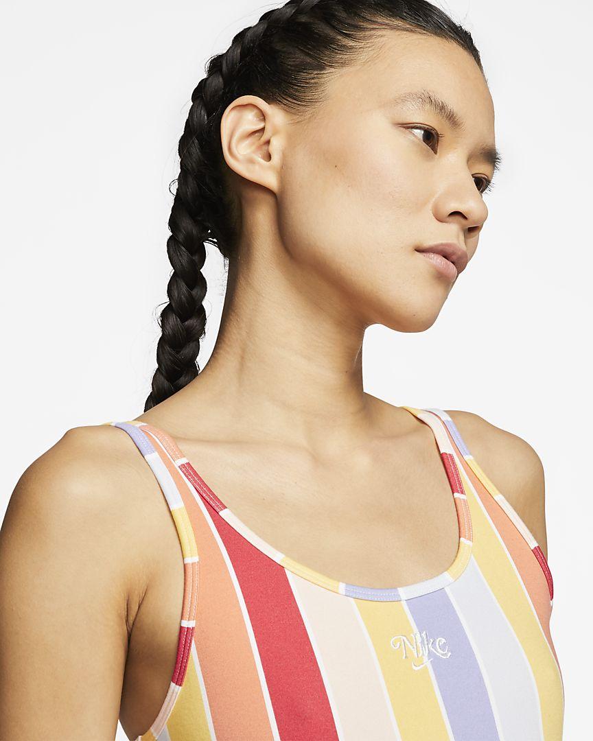 Confeccionado con un suave tejido de algodón, el body con estampado Nike Sportswear está diseñado para ofrecer comodidad y diversión en verano con un estampado de arcoíris a rayas con un toque retro.