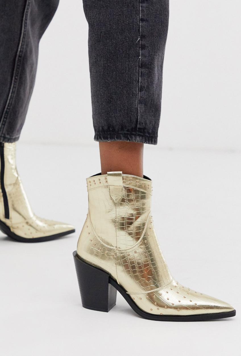 Botas estilo western en punta con diseño de cocodrilo en dorado de Truffle Collection