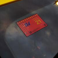 Multan a un conductor por usar el móvil mientras conducía, y acaba detenido por usar una pegatina de la ITV falsa