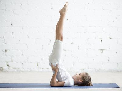 Así puedes llegar a hacer la postura de la vela de Yoga o Sarvangasana de forma perfecta