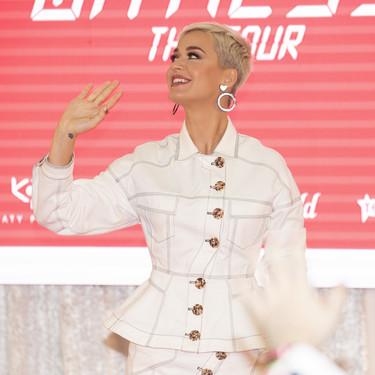 ¡Katy Perry aparece más favorecida que nunca! Estamos seguros de que estas prendas blancas se convertirán en carne de clones