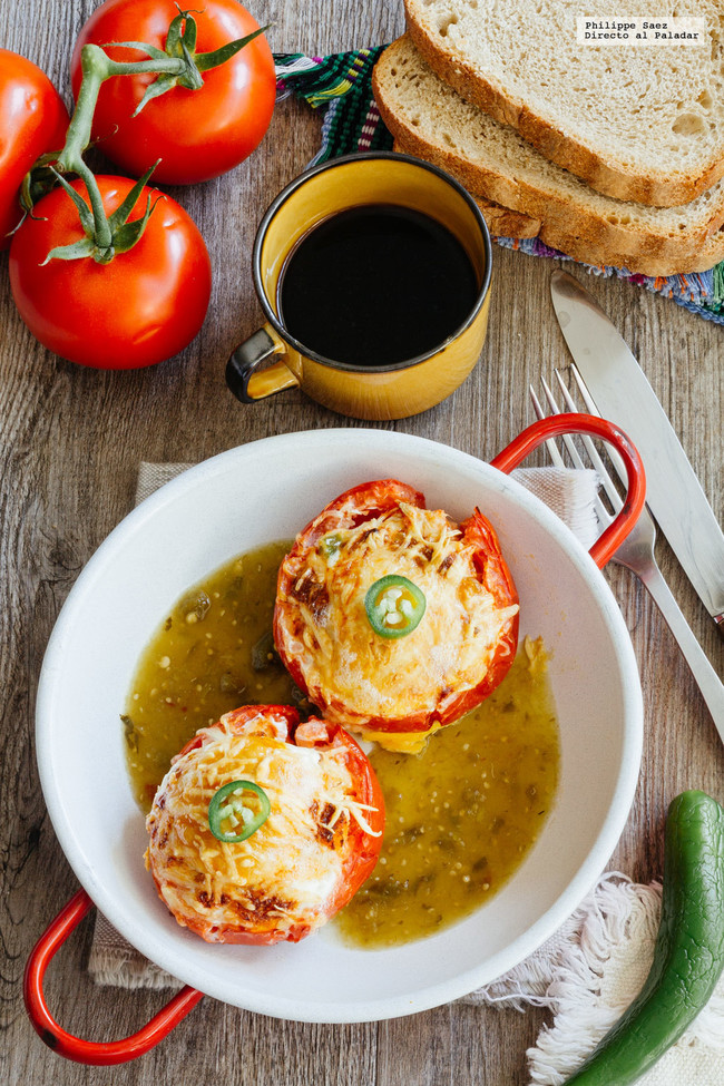 Desayuno de tomates rellenos