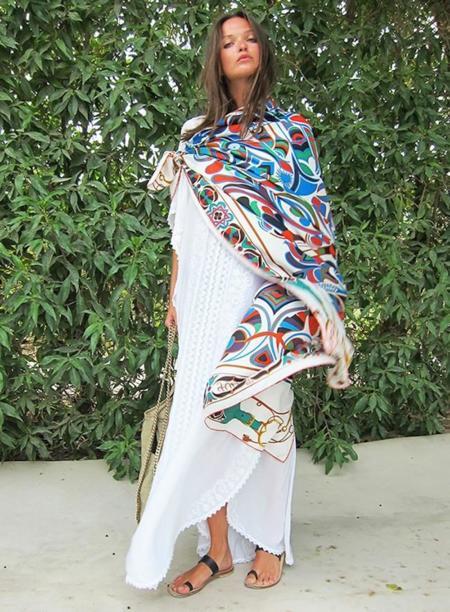 Con un pañuelo de color puedes transformar tu outfit