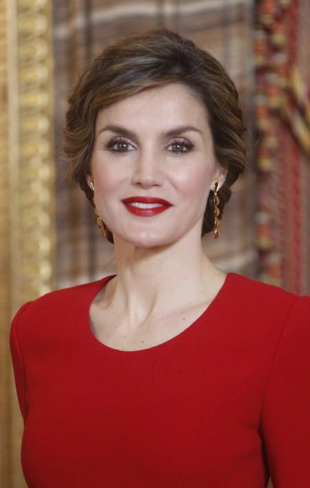 Letizia apuesta y gana: escoge un look rojo pasión para  el almuerzo en honor al Premio Cervantes