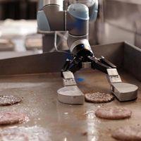 Flippy, el robot que prepara hamburguesas no aguantó la presión y ha sido desactivado por ser demasiado lento