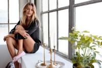 ¿Frío en la calle? H&M se queda en casa vistiendo de forma calurosa a Edita Vilkeviciute