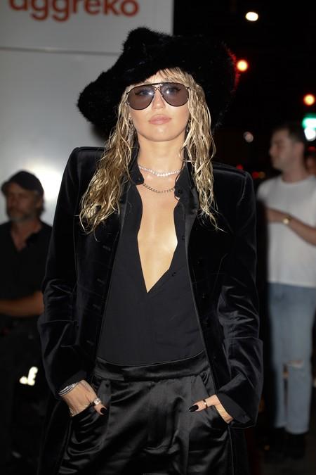 Miley Cyrus tiene dos maneras de llevar el total look negro y molarlo todo