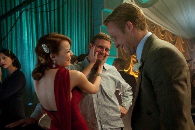 Emma Stone y Ryan Gosling bromean con Ruben Fleischer durante el rodaje de Gangster Squad