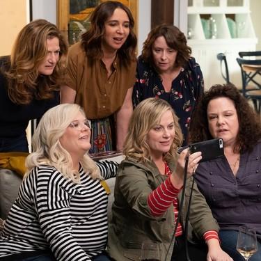 'Amigas con solera' la película de Netflix dirigida por Amy Poehler sobre cómo son tus amigas de toda la vida las que te sacarán de una crisis de mediana edad