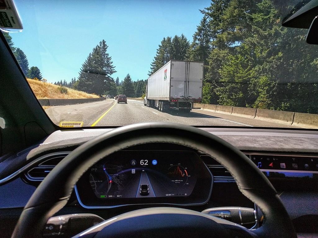 Unas pegatinas en el asfalto bastan para 'hackear' el piloto automático de un Tesla… y convencerle para ir en dirección contraria
