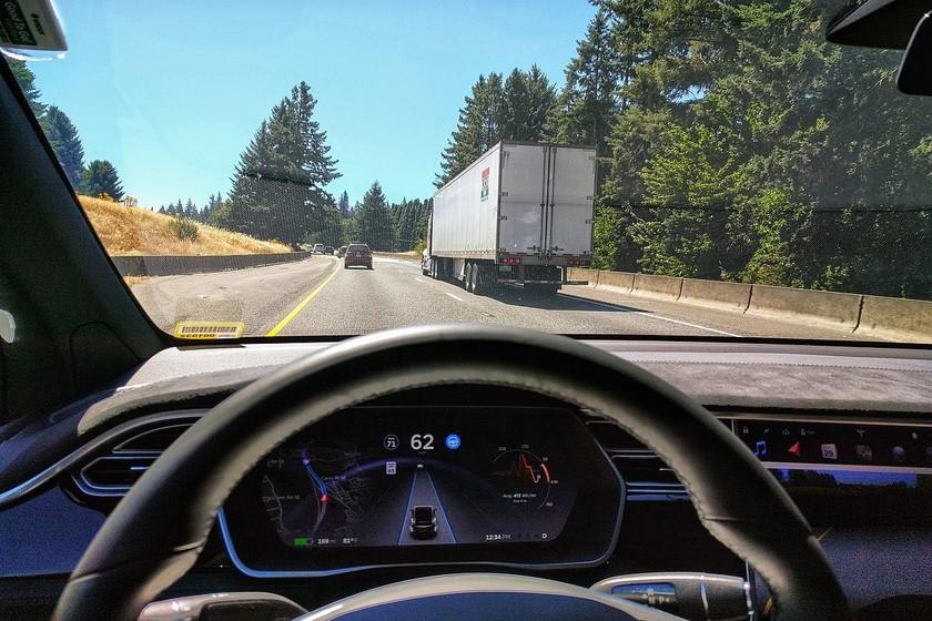Unas pegatinas en el asfalto bastan para 'hackear' el piloto automático de un Tesla