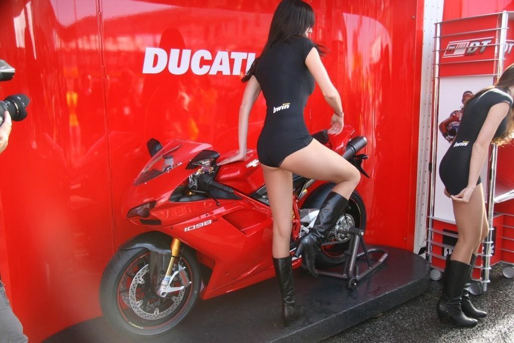 Foto de Las pit babes de Estoril en una Ducati 1098 (17/35)