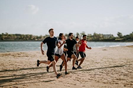 Corre más y mejor: cinco ejercicios de entrenamiento funcional que no pueden faltarte si eres runner