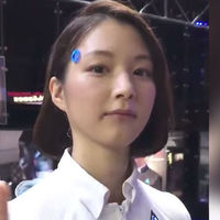 Esta 'azafata autómata' ha causado sensación en un evento en Tokio (pero es un truco)