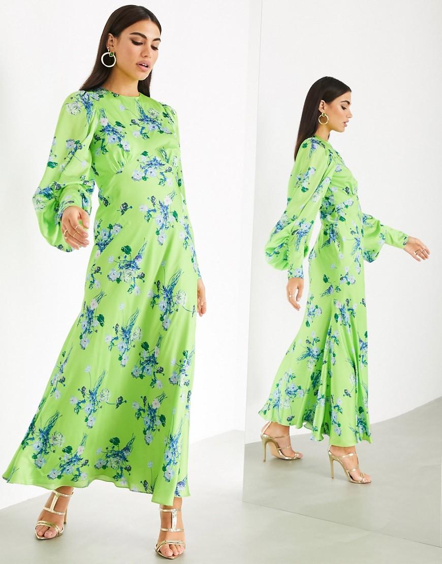 Vestido largo de satén con estampado de flores silvestres.