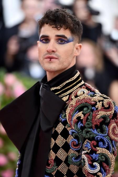Con Maquillaje Darren Criss Llega A La Alfombra Roja De La Met Gala 2