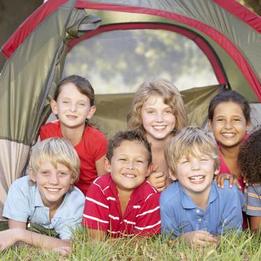 Campamentos de verano: cómo saber si nuestro hijo está preparado para dormir fuera de casa