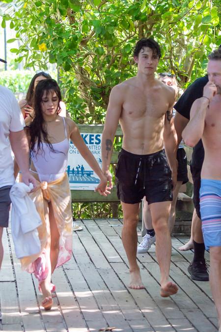 Camila Cabello y Shawn Mendes desatan toda su pasión en las playas (y piscinas) de Miami