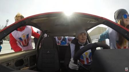 Los rusos ahora se dedican a jugar al curling con coches viejos, y el resultado es... impactante