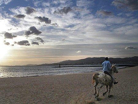 Montar a caballo por la playa