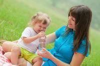 ¡Cómo les cuesta! Los niños no beben agua suficiente al día